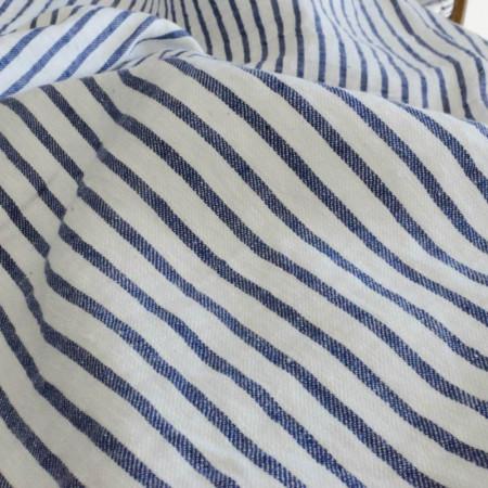 Toile de Lin lavé à rayures fines bleues sur fond blanc